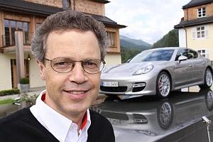 Wolfgang Dürheimer vor dem Porsche Panamera