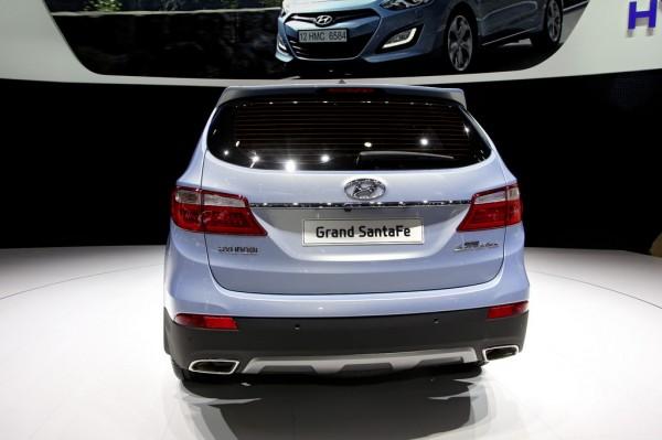 Hyundai_Grand_Santa_Fe_2013_02