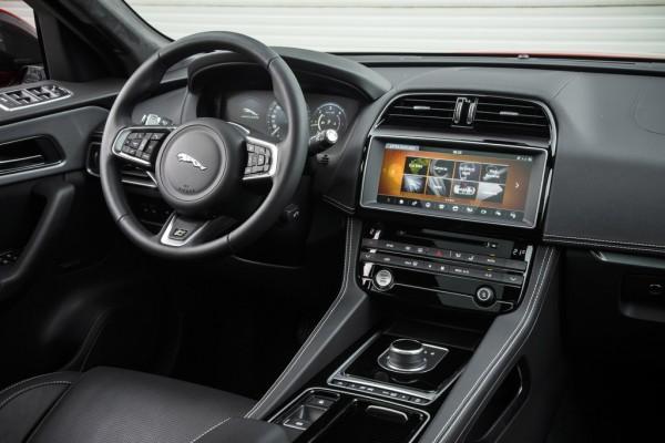 Jaguar F-Pace_2016_03