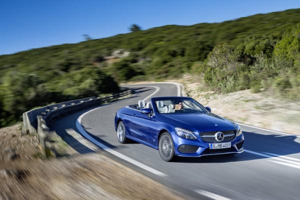 Mercedes-Benz C 400 4MATIC Cabriolet, Exterieur: brilliantblau, AMG Line; Interieur: kristallgrau Kraftstoffverbrauch (l/100 km) innerorts/außerorts/kombiniert:  10,9/6,3/8,0 CO2-Emissionen kombiniert: 181 g/km
