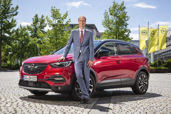 Opel-Chef Michael Lohscheller mit dem Grandland X