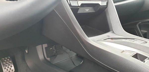 Versteckt: USB- und HDMI-Anschluss unter der Mittelkonsole.