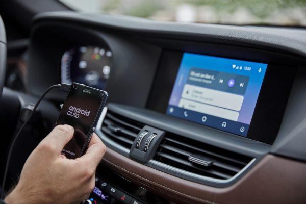 Mehr Komfort und weniger Ablenkung: Erweiterte Smartphone-Anbindung mit Android Auto.