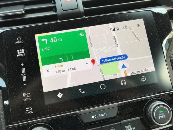 Navigieren mit Google Maps. Ziele aus dem Smartphone erscheinen auf dem Bildschirm im Auto.
