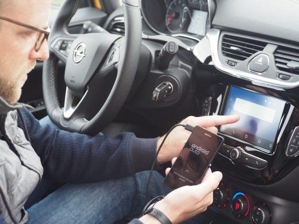Wichtige Inhalte und ausgewählte Apps lassen sich mit Android Auto ins Fahrzeug holen.